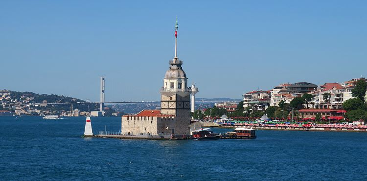 Blick aus einer Bosporusfähre auf den Mädchenturm und die dahinterliegende Bosporusbrücke.