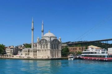 Blick von einer Bosporusfähre auf die Ortaköy Moschee und die Bosporusfähre.