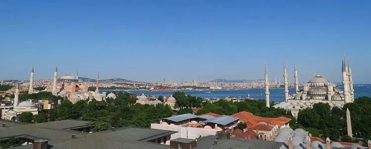 Aussicht auf die Hagia Sophia und Blaue Moschee mit dem Bosporus und Marmarameer im Hintergrund.