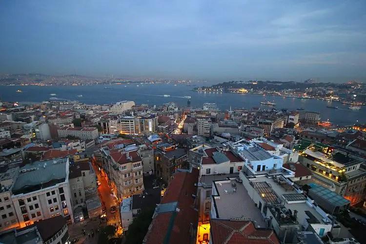 Aussicht in der Abenddämmerung auf Istanbuls Altstadt Sultanahmet, das Goldene Horn, den Bosporus, das Marmarameer und die asiatische Seite von Istanbul.