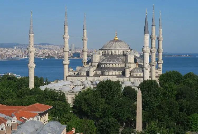 Blaue Moschee und der Bosporus in der Altstadt von Istanbul