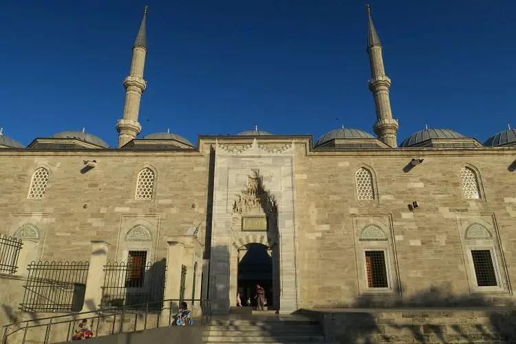 Eingang in den Innenhof der Fatih Moschee in Istanbul.