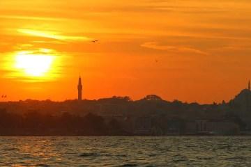 Der Ausblick vom Aussichtspunkt am Mädchenturm auf die untergehende Sonne über Istanbuls Altstadt Sultanahmet und den Bosporus.