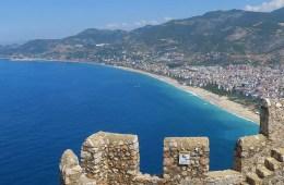 Blick von der Festung Ic Kale auf die Sehenswürdigkeiten am Kleopatrastrand in Alanya.