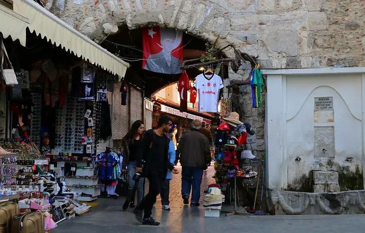 Marktstand am alten Stadttor von Kusadasi