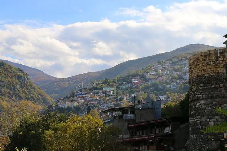 Blick von der Altstadt auf die Häuser auf dem Uludag