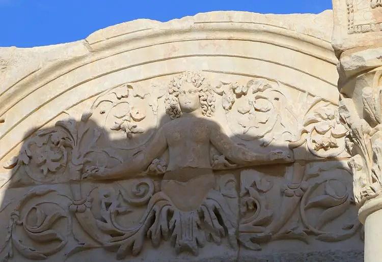 Kopf von Medua oder Antinoos in den Stein gemeißelt.