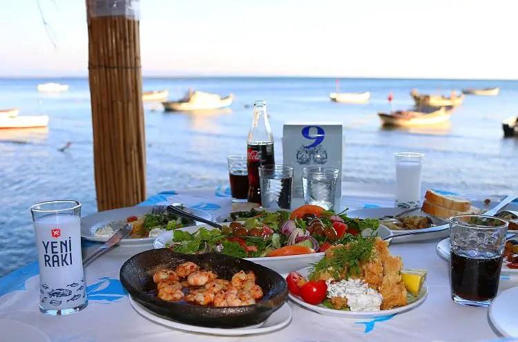 Restauranttisch am Meer
