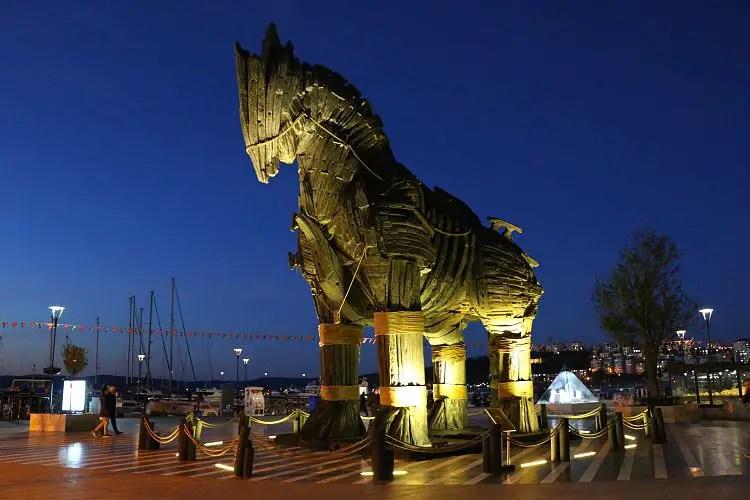 """""""Echte"""" Pferd aus dem Film Troja im Hafen von Canakkale"""