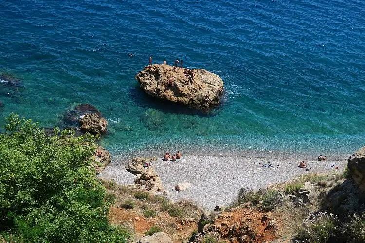 Sonniges Wetter am Ostende des Konyaaltistand in Antalya und das türkisblaue Meer.