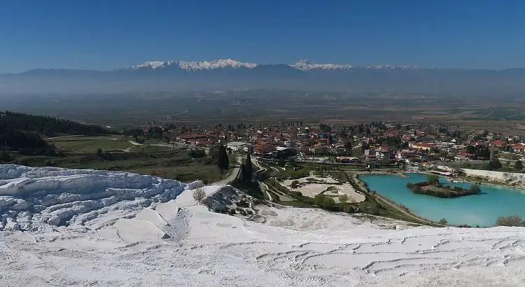 Die Kalkterrassen von Pamukkale und Schnee auf den Bergen.