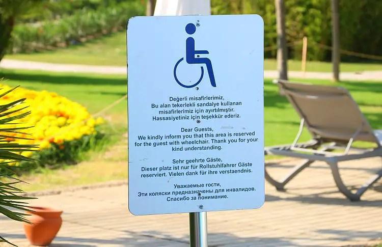 Tafe mit der Aufschrift: Dieser Platz ist für Rollstuhlfahrer Gäste reserviert!