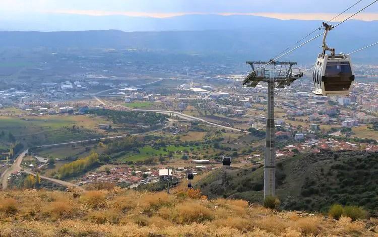 Gondel-Seilbahn mit Blick auf das Tal