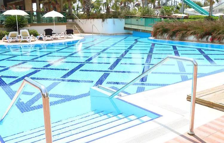 Die Treppe in den Pool des Hotels