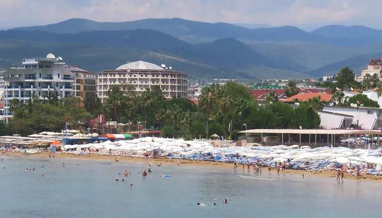 Hotels am Strand mit dem Taurusgebirge im Hintergrund
