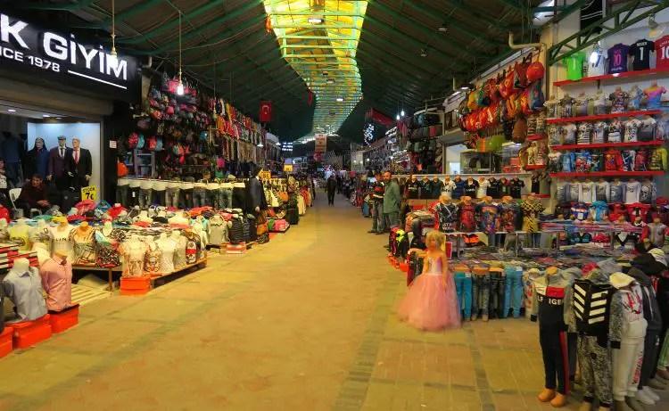 Markthalle mit Kleidungsständen