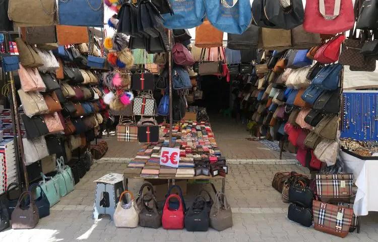 Stand mit dutzenden Handtaschen