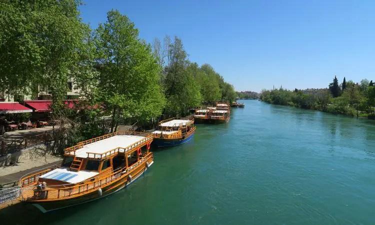 Manavgat Fluss mit Booten am Ufer