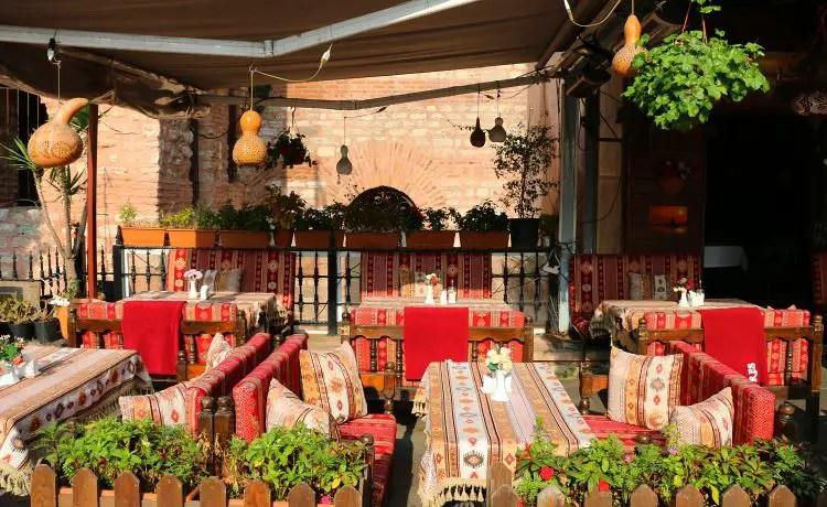 Terrasse eines Restaurants in der Altstadt.