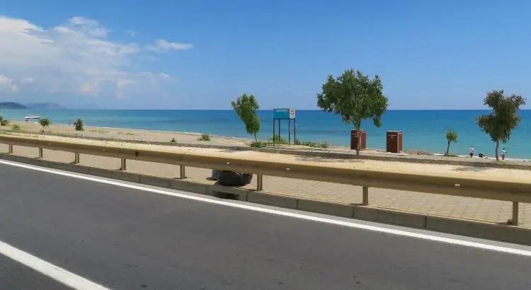 D400 Schnellstraße führt entlang dem Sandstrand und Meer