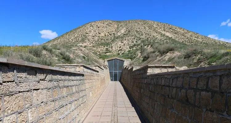 """Eingang des 300m breiten und 55m hohen Midas Grabhügel """"Tumulus"""" in den Ruinen von Gordion."""