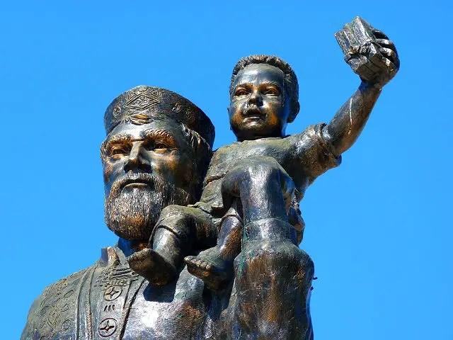 Statue bestehend aus Nikolaus und einem kleinen Kind das auf seinen Schultern sitzt.