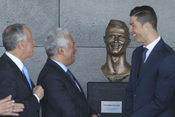 El busto de Cristiano Ronaldo, carne de memes en redes sociales