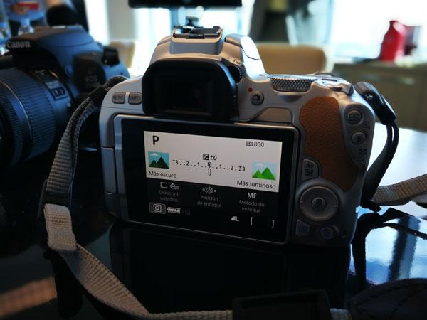 lanzamiento Canon EOS 200D pantalla guiada
