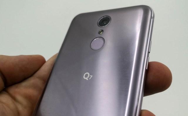 LG Q7 trasera lector huellas