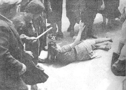 Bir kadın sokakta değnekler ve sopalarla dövülüyor...