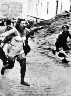 Galiçyalı gençler Yahudi bir kadını taşlarken