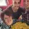 Ian con su familia anfitriona y una rica paella...