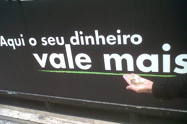 Protesto à porta do Pingo Doce acaba com a PSP a rasgar cartazes