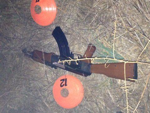 USA: polícia abate a tiro criança de 13 anos que tinha uma arma AK-47 de brincar na mão