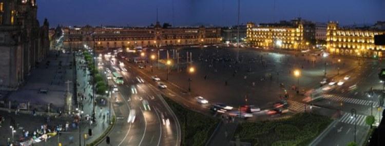 Panorámica nocturna de El Zócalo de Ciudad de México