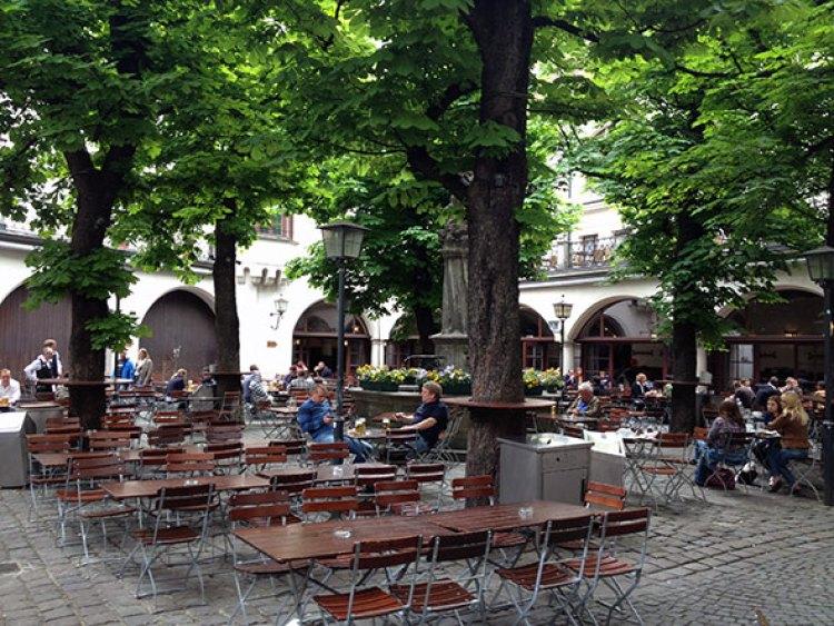 Biergarten de la histórica cervecería Hofbräuhaus, en el centro de Munich. Foto © Tu Gran Viaje. Los biergarten de Munich | Tu Gran Viaje revista de viajes y turismo