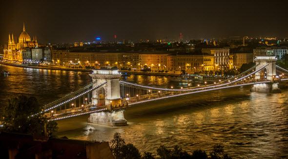 Vivir como Reyes en Budapest por la noche