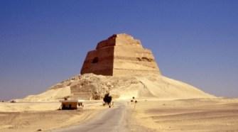 El Ministerio de Turismo de Egipto y el de Antigüedades han incluido la Pirámide de Meidum, perteneciente a Beni Suef, en el programa de visita a las pirámides de Giza. La construcción se localiza en la ribera occidental del río Nilo, a unos 100 kilómetros al Sur de El Cairo.