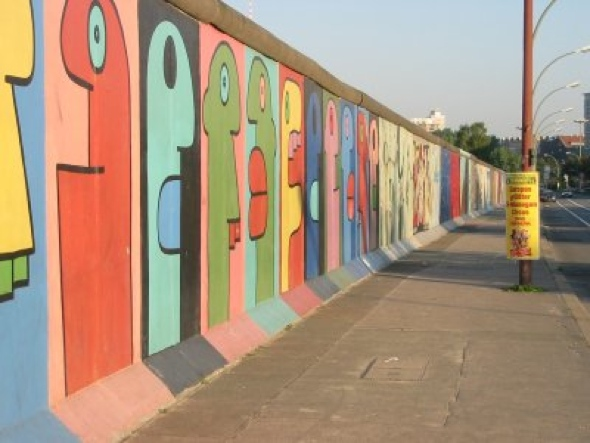 Mural de Thierry Noir en la East Side Gallery de Berlín