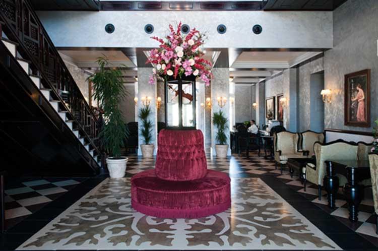Hall del Hotel La Mansión de Lucy, en Port Aventura