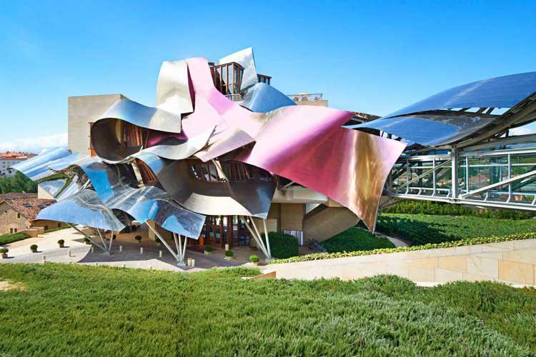 Diseñado por Frank O. Gehry y ubicado entre viñedos, el Hotel Marqués de Riscal