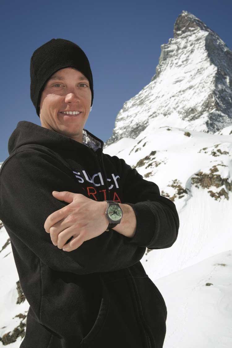 El montañero Sam Anthamatten con su reloj The Route de Swatch, ante el monte Cervino