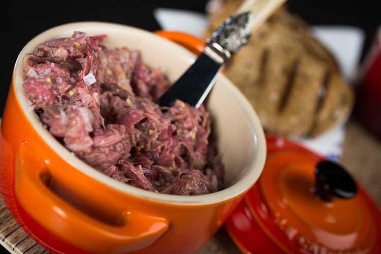 Rillete de atún de almadraba para untar sobre pan de centeno y salsa tártara. Ricard Camarena HABITUAL