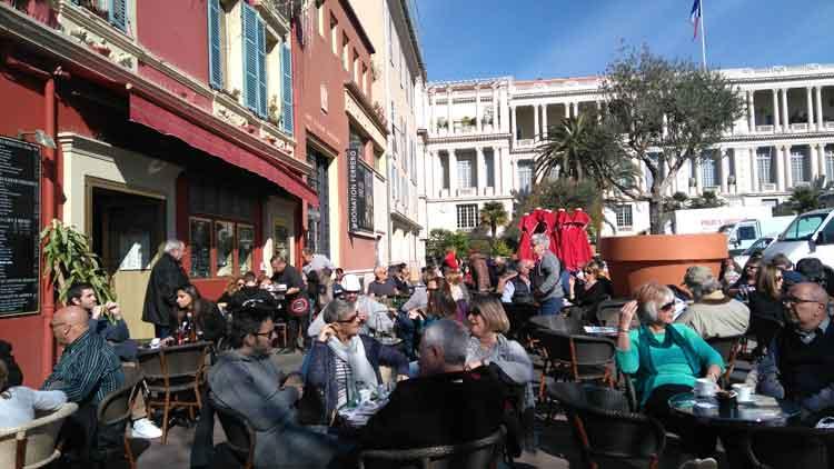 Siempre animada, la plaza del Mercado de Niza. Foto © Pilar Carrizosa.