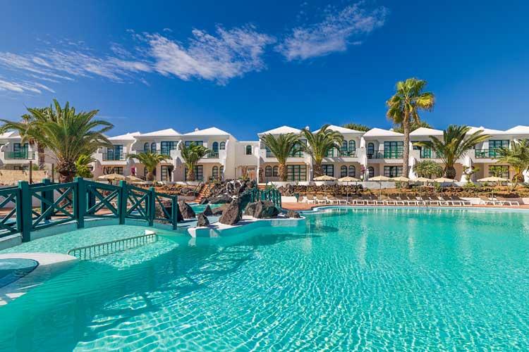 Piscina del hotel H10 Ocean Suites de Fuerteventura