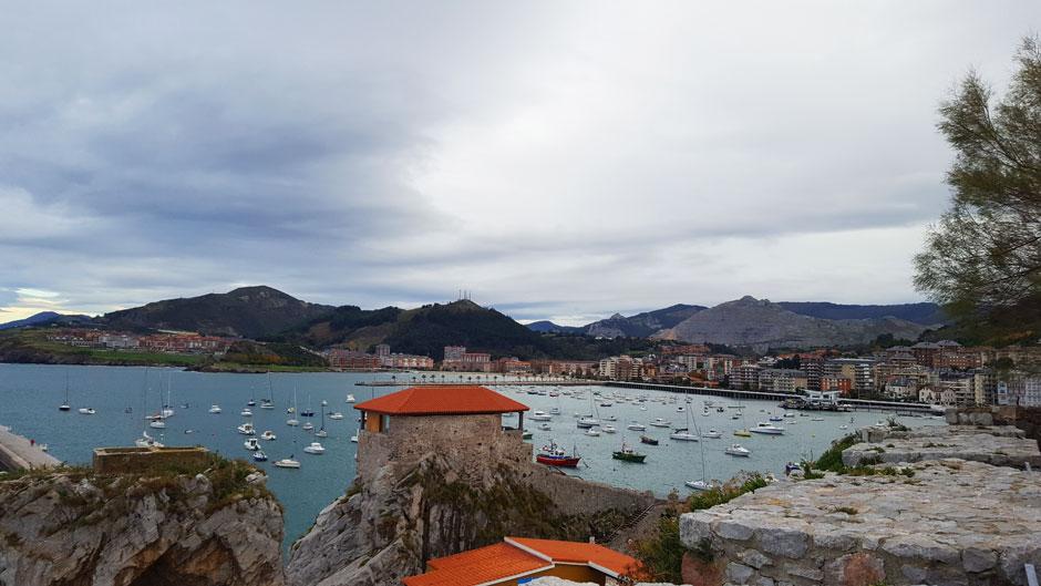 Panorámica de Castro Urdiales con la Ermita de Santa Ana © Tu Gran Viaje | Escapada a Castro Urdiales | Hotel Sercotel Las Rocas