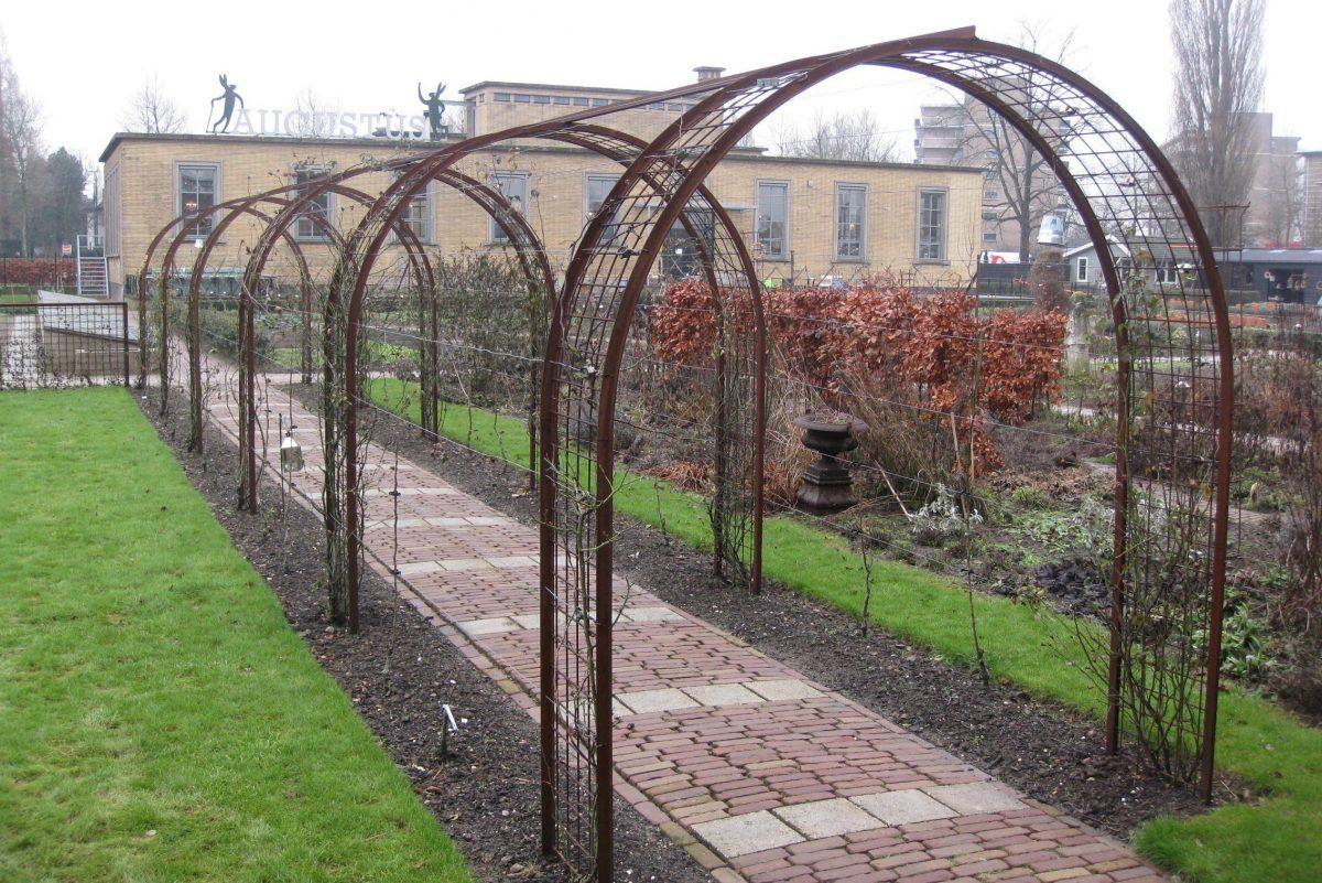 Pergola in de moestuin van Villa Augustus