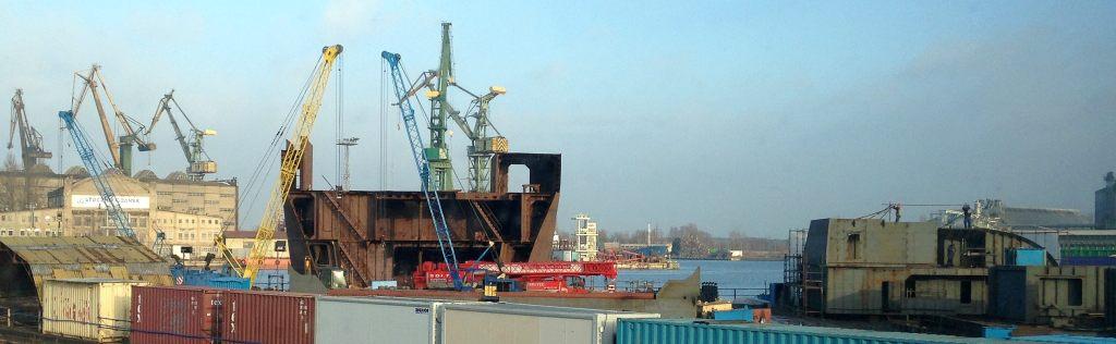 Na placu spółki SOLTEC Services w Gdańsku budowane są 2 bloki okrętowe (250 ton) dla norweskiego klienta. W tle Stocznia Gdańsk. (fot. Paweł Matuszko)