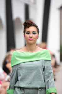 _P3B2398 Magazine Nos Cotes Vetement Clothes Fringues green blouse vert zielona bluzka bluska bluza szary dres trawiasty trawiasta grass