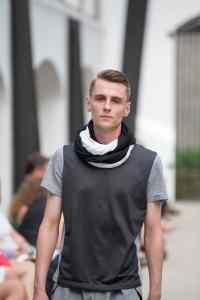 _P3B2489 Magazyn Nasze strony Magazine Men fashion Moda męska pantalon noir schwarz grauen Hosen